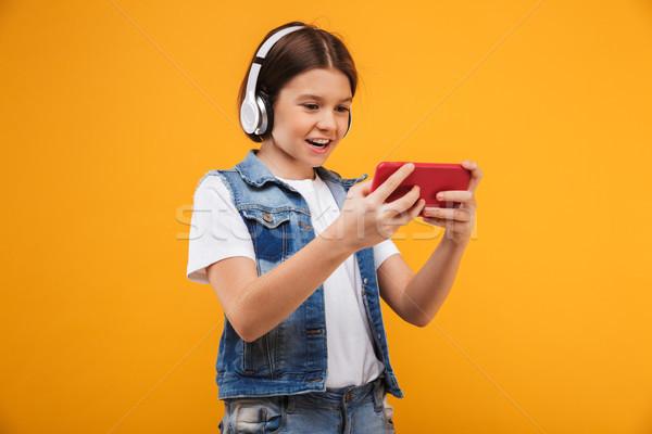 Portret gelukkig weinig schoolmeisje luisteren naar muziek hoofdtelefoon Stockfoto © deandrobot