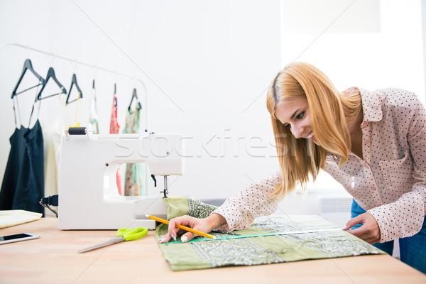 Vrouwelijke kleermaker naaien gelukkig workshop vrouw Stockfoto © deandrobot