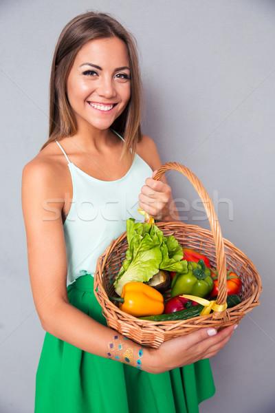 Сток-фото: улыбающаяся · женщина · корзины · овощей · портрет · улыбаясь