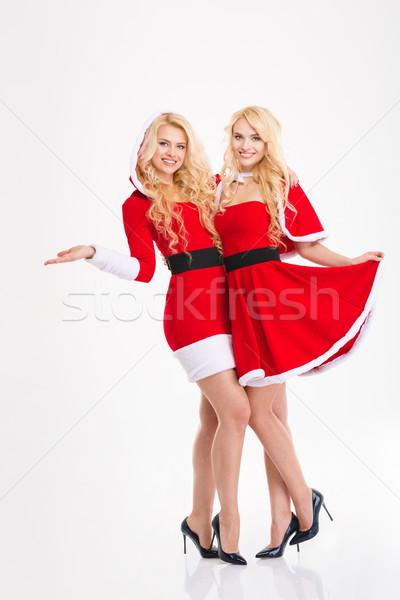Kettő boldog gyönyörű nővérek ikrek ölel Stock fotó © deandrobot