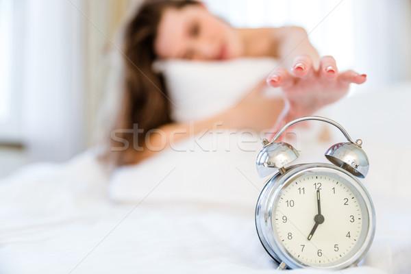 女性 ターン オフ 目覚まし時計 眠い フォーカス ストックフォト © deandrobot