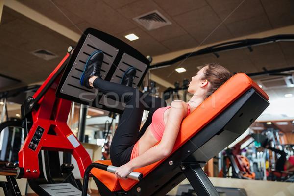 Aantrekkelijke vrouw atleet opleiding benen spieren gymnasium Stockfoto © deandrobot