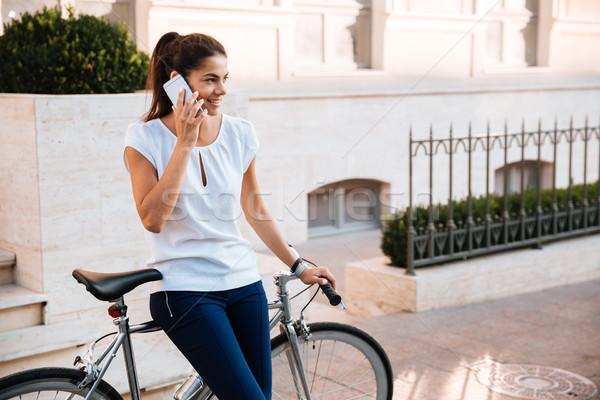 Kobieta smartphone odkryty szczęśliwy piękna kobieta mówić Zdjęcia stock © deandrobot