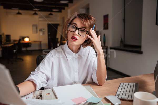 Сток-фото: довольно · деловой · женщины · глядя · бумаги · бизнеса · девушки