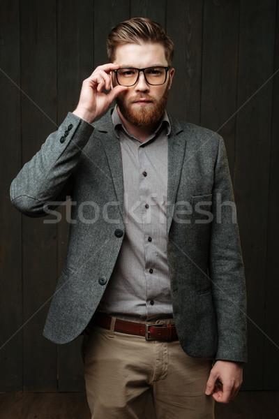 Portre konsantre gündelik adam ayakta güneş gözlüğü Stok fotoğraf © deandrobot