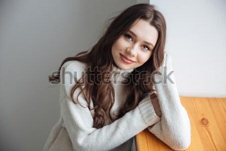 Giovani modello maglione finestra vista laterale Foto d'archivio © deandrobot