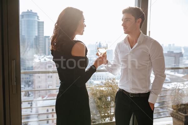 Verbazingwekkend liefhebbend paar permanente venster drinken Stockfoto © deandrobot