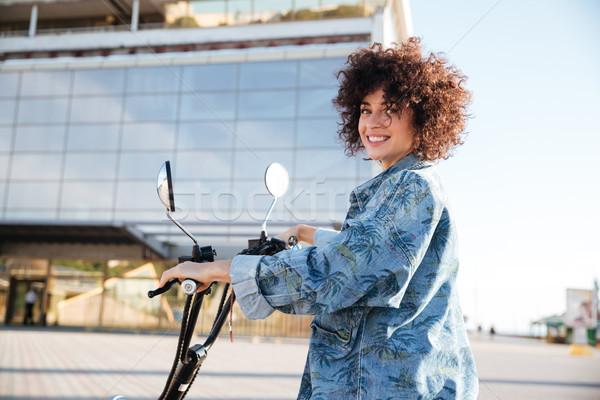 Vrouw vergadering motor buitenshuis naar camera Stockfoto © deandrobot