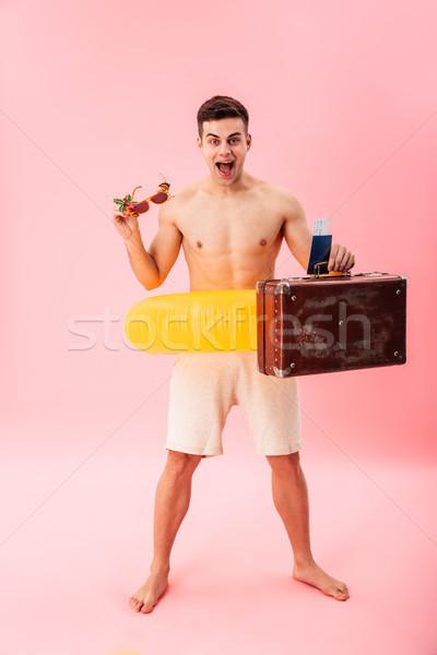 Junger Mann stehen Gummi Ring Bild Sonnenbrillen Stock foto © deandrobot