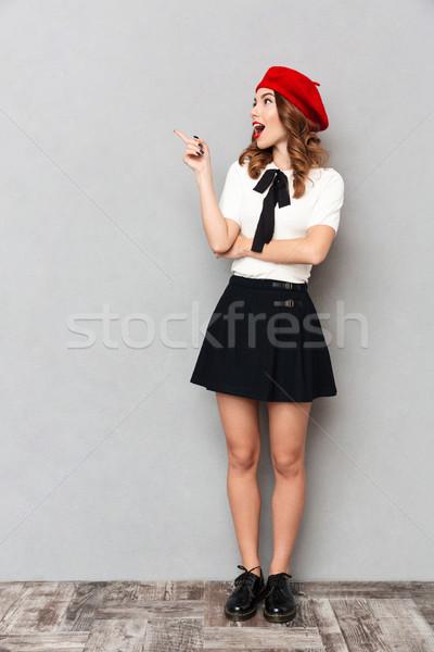 Retrato colegiala uniforme pie senalando Foto stock © deandrobot