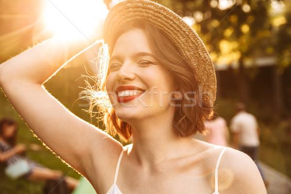 Foto vrolijk schoonheid vrouw jurk strohoed Stockfoto © deandrobot