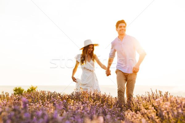 Paar lopen lavendel veld buitenshuis holding handen ander Stockfoto © deandrobot