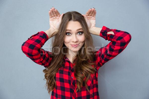 Grappig komische meisje poseren gekruld Stockfoto © deandrobot