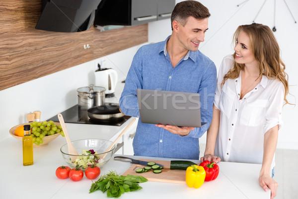 幸せ カップル ラップトップを使用して ベジタリアン 料理 キッチン ストックフォト © deandrobot