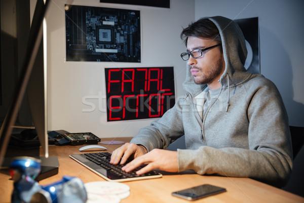 Schöner Mann Sweatshirt eingeben Computer-Tastatur gut aussehend junger Mann Stock foto © deandrobot