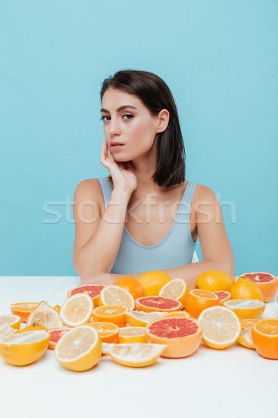 Foto stock: Bonitinho · mulher · jovem · tabela · laranjas · mulher · menina