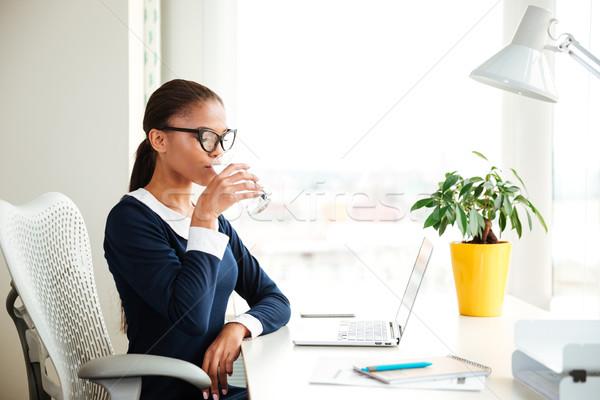 アフリカ ビジネス女性 飲料水 オフィス ドレス 座って ストックフォト © deandrobot