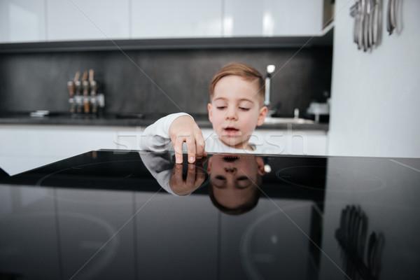 Gevaarlijk situatie jongen aanraken oven keuken Stockfoto © deandrobot