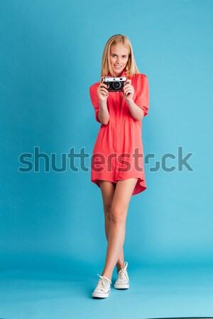 Portre ciddi sarışın kadın ayakta silah katlanmış Stok fotoğraf © deandrobot