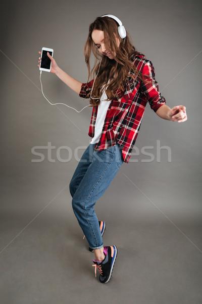 Stock fotó: Csinos · fiatal · hölgy · hallgat · zene · fejhallgató