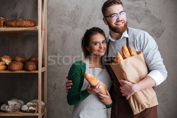 Vrolijk liefhebbend paar brood handen Stockfoto © deandrobot