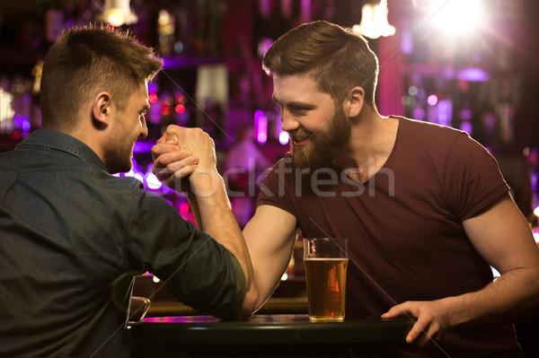 Boldog férfi barátok iszik sör szkander Stock fotó © deandrobot