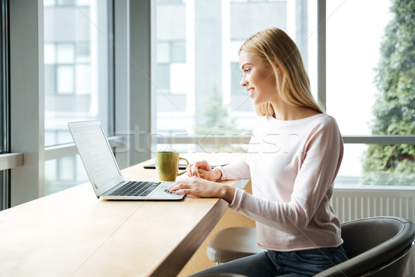 Stok fotoğraf: Mutlu · bayan · oturma · ofis · dizüstü · bilgisayar · kullanıyorsanız · bilgisayar