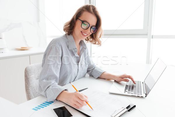 Młodych atrakcyjny uśmiechnięty dziewczyna okulary pasiasty Zdjęcia stock © deandrobot