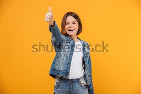 Portret gelukkig weinig schoolmeisje tonen vrede Stockfoto © deandrobot