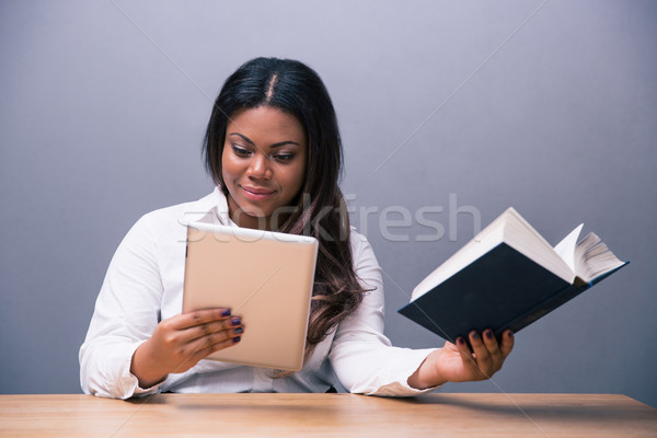 Zakenvrouw kiezen ebook papier boek afrikaanse Stockfoto © deandrobot