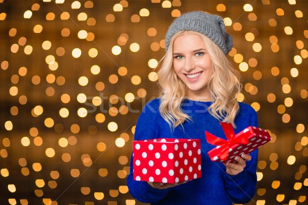 Foto stock: Feliz · mujer · apertura · caja · de · regalo · luces · retrato
