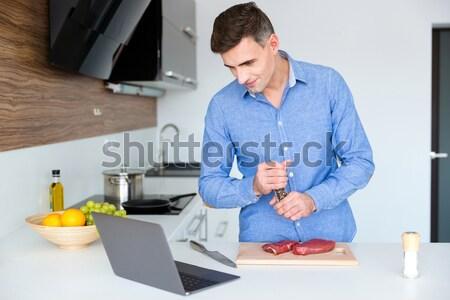 Aantrekkelijk man laptop vlees keuken portret Stockfoto © deandrobot