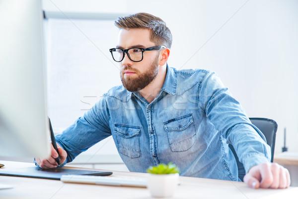 Komoly koncentrált férfi designer rajz grafikus Stock fotó © deandrobot