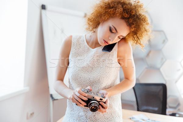 Stockfoto: Vrouw · fotograaf · praten · mobiele · telefoon · nadenkend