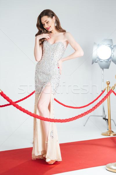 Nő pózol vörös szőnyeg boldog aranyos sétál Stock fotó © deandrobot