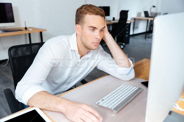 Zmęczony nudzić młodych biznesmen pracy komputera Zdjęcia stock © deandrobot