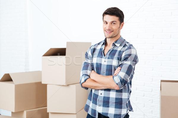 Boldog férfi mozog hordoz karton dobozok Stock fotó © deandrobot