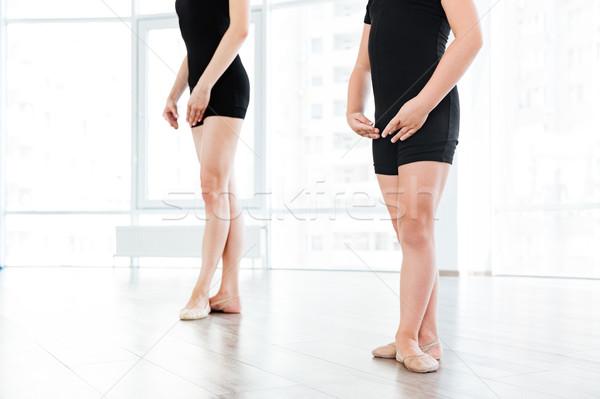 Ballet enseignants petite fille permanent posent image Photo stock © deandrobot