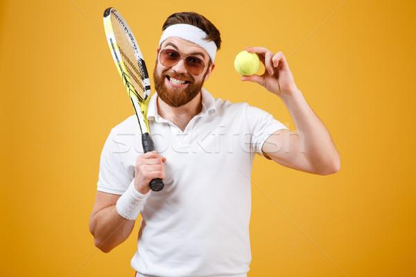 Gelukkig jonge tennisspeler tonen tennisbal afbeelding Stockfoto © deandrobot