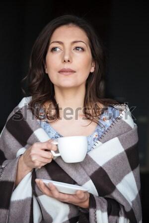 Surpreendente mulher em pé potável café Foto stock © deandrobot