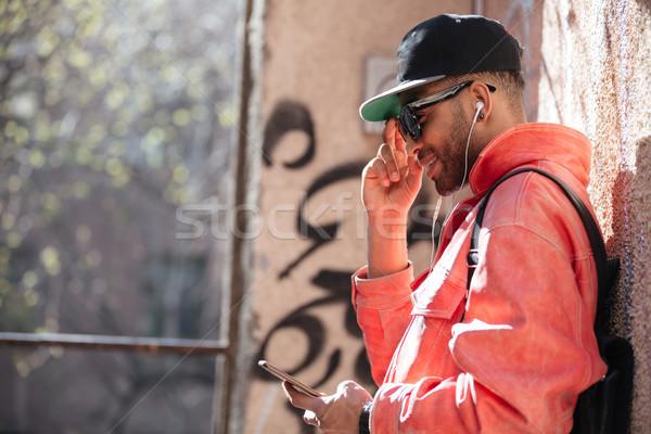Glücklich stylish afro Mann Sonnenbrillen Stock foto © deandrobot