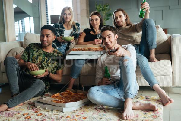 Afbeelding vijf vrienden kijken tv pizza Stockfoto © deandrobot