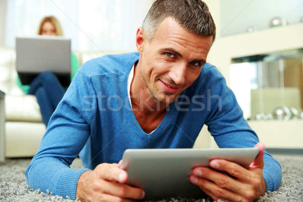 Homme petite amie utilisant un ordinateur portable maison ordinateur Photo stock © deandrobot