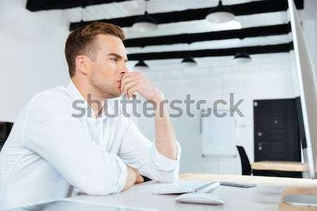 Stockfoto: Nadenkend · zakenman · drinken · koffie · denken · werkplek