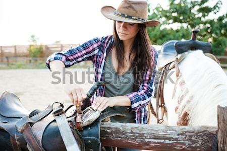 Donna sorridente piedi sella equitazione cavallo sorridere Foto d'archivio © deandrobot
