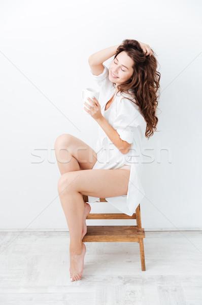 Hermosa jóvenes sonriendo nina potable taza Foto stock © deandrobot