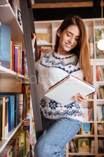 Kobiet student książki półka biblioteki Zdjęcia stock © deandrobot