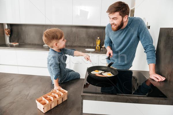 Bonito barbudo pai cozinhar cozinha bonitinho Foto stock © deandrobot
