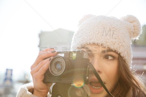Surpreendente mulher jovem fotógrafo caminhada foto rua Foto stock © deandrobot