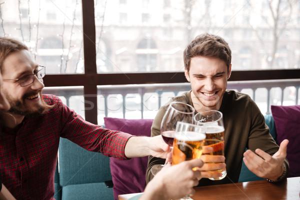 Feliz amigos sesión Servicio potable alcohol Foto stock © deandrobot